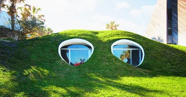 Bydlet jako krtek a proč ne? Bydlení pod zemí má své výhody.