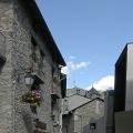 Andorra la Vella je stísněné hlavní  město  obklopené  Pyrenejemi.  Probíhají  jím  dvě  rušné  ulice,  na  kterých  jsou  umístěné  obchůdky  s levnou elektronikou. Staré město obejdete za půl hodinky.