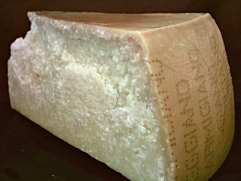 Parmazán je sýr, který se vyrábí v kulatých formách o průměru 40-45 cm, o výšce asi 24 cm a celkové váze 35-36 kg.