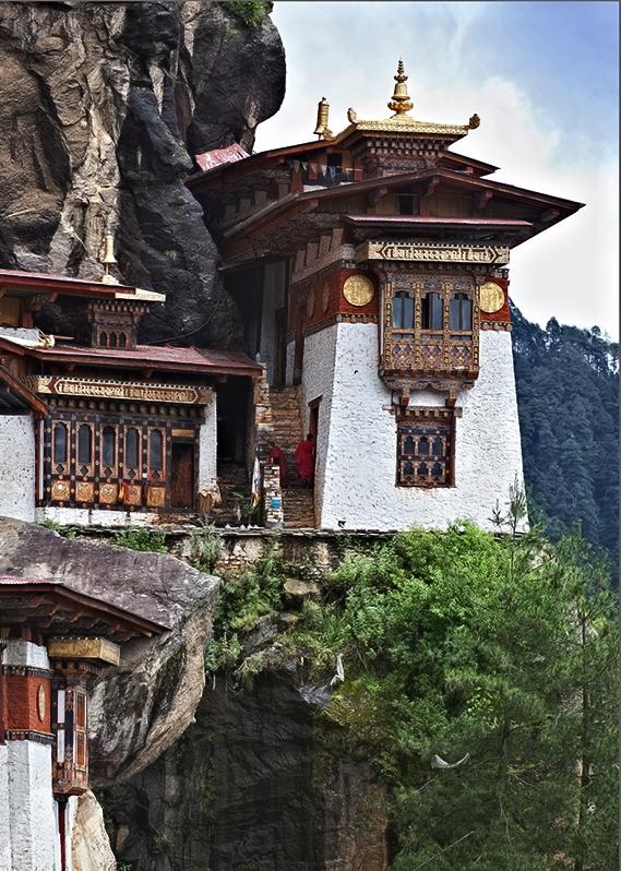 V těžko přístupných údolích jsou dosud živé buddhistické kláštery, nejednou vybudované na takových místech a v takových polohách, až se člověka chytá závrať. Příkladem je klášter Taktsang - Tygří hnízdo - v údolí Paro na 900 m vysokém útesu, jehož fotografie už obletěla celý svět a navnadila k návštěvě Bhútánu mnoho světoběžníků.