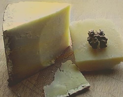 Jen správně vyrobený a uzrálý sýr může mít nakonec hustě po celém vnějším obvodu sýra na kůrce vypálenou značku Parmiggiano Reggiano, aby se zabránilo zfalšování. Poprvé tuto značku přikázal vypalovat vládním dekretem již v roce 1751 velkovévoda Filip Bourbon.